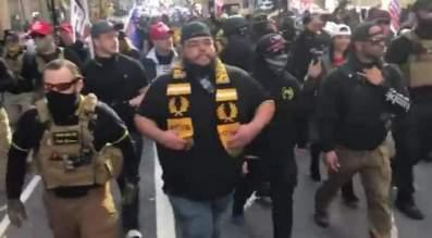 Los Proud Boys en la marcha contra el supuesto fraude electoral y en apoyo a Trump. Autor y fuente: Twitter.