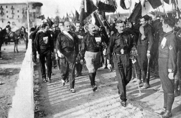 """Marcha sobre Roma de las """"camisas negras"""", con Benito Mussolini, su líder, a la cabeza, en 1922."""