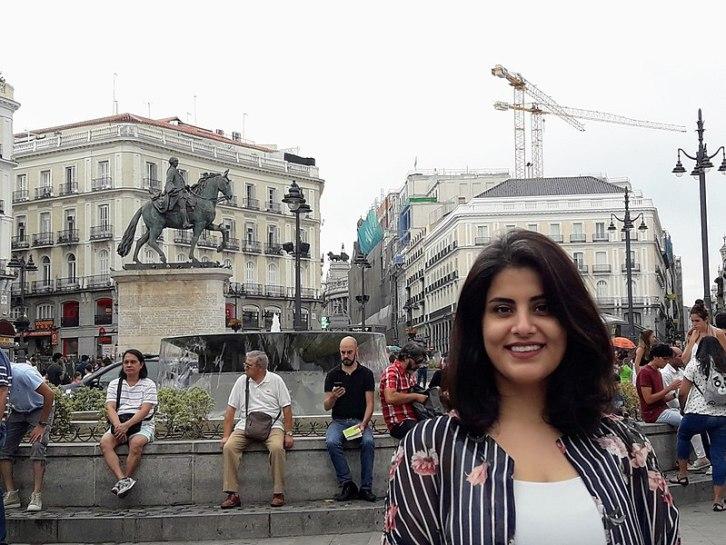 """Loujain alHathloul, activista de Arabia Saudí, conocida por encabezar el movimiento """"Women to drive"""" y encarcelada y torturada desde 2018. Autor: Emna Mizouni, 27/08/2017. Fuente: Wikimedia Commons (CC BY 4.0.)"""