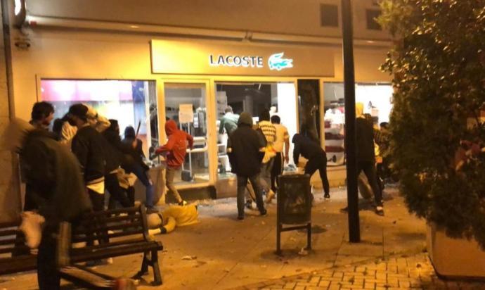 Un grupo de ultraderecha asalta una tienda de Lacoste en Logroño durante los disturbios. Autor: Desconocido, 01/09/2020. Fuente: Elsaltodiario. (CC BY-SA 3.0 ES)