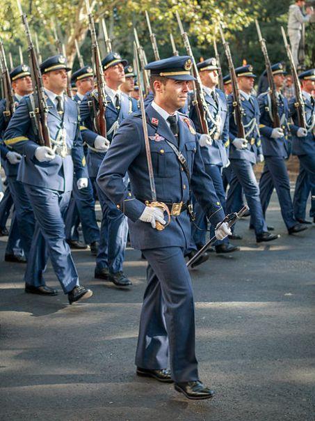 Militares del Ejército del Aire en el desfile de la Fiesta Nacional de España en 2013. Autor: Barcex, 12/10/2013. Fuente: Flickr. (CC BY-SA 2.0).