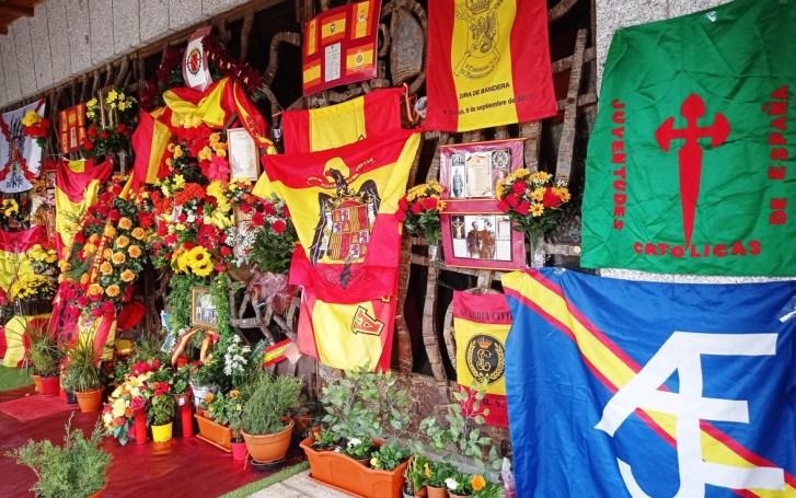 Homenajes al dictador Francisco Franco en el panteón de Mingorrubio donde puede verse el logotipo del Movimiento Católico Español. Autor: MCE. Fuente: http://mceaje.blogspot.com/