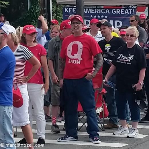 Seguidor de Trump con una camiseta QAnon roja. Autor: Marc Nozell. Fuente: Flickr ( CC BY 2.0).