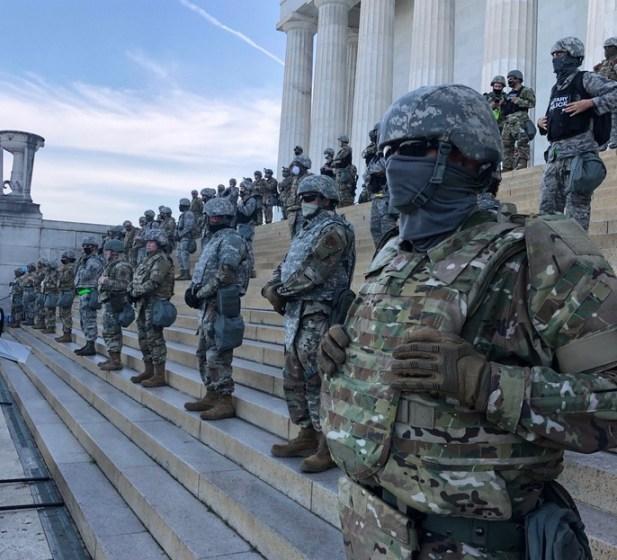 Fuerzas militares apostadas en el monumento Lincoln Memorial durante las protestas del #BlackLivesMatter. Autor: Martha Raddatz, 03/06/2020. Fuente: Cuenta de Twitter @MarthaRaddatz