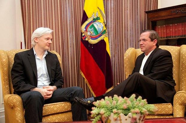 El Canciller Ricardo Patiño se reunió con Julian Assange en Londres. Autor: Xavier Granja Cedeño, Ministerio de Relaciones Exteriores, Cancillería Ecuador, 16/07/2013. Fuente: Flickr (CC BY-SA 2.0.)