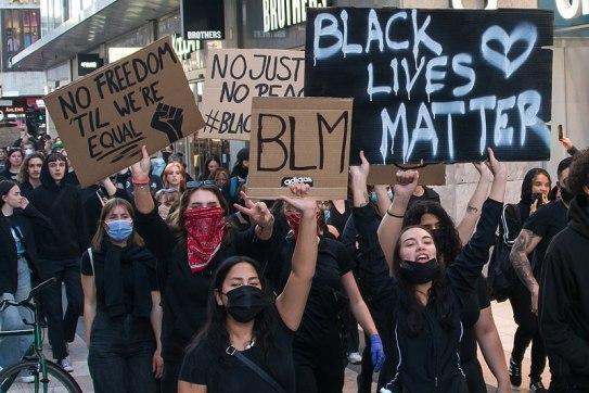 Victimización. Manifestación Black Lives Matter en Estocolmo. Autor: Frankie Fouganthin (3 de junio de 2020). Fuente: Trabajo propio KulturSthlm. Licencia: CC-BY-SA-4.0