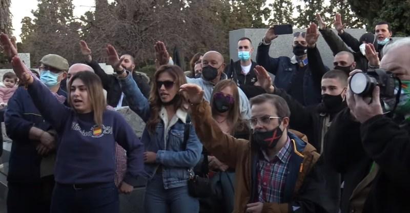 Saludo fascista en el homenaje a la División Azul. Autor: Captura de pantalla realizada el 16/02/2021 a las 19:17h. Fuente: Canal de Youtube Raúl Capín Leal