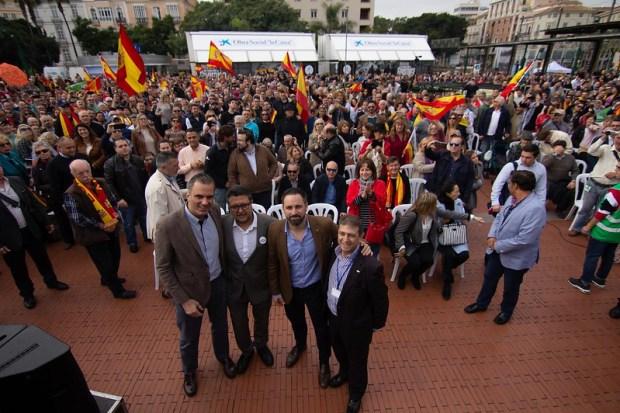 Acto de inicio de campaña electoral en Málaga con Santiago Abascal, Javier Ortega Smith, Francisco Serrano y Eugenio Montó. Autor: Vox España, 17/11/2018. Fuente: Flickr