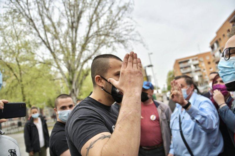Un manifestante de Bastión Frontal discute violentamente con los acompañantes de Pablo Iglesias. Autor: Dani Gago, 30/03/2021 (imágenes cedidas para su uso por el autor @DaniGagoPhoto).