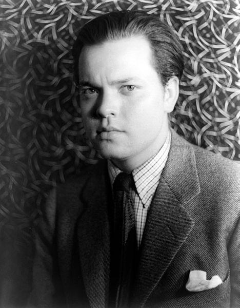 La sociedad colabora con el miedo, al magnificar la información alarmista de los medios de comunicación. En la foto, Orson Welles, quien desató un ataque de pánico colectivo y miedo en 1938 con su programa de radio La guerra de los mundos. Autor: Carl Van Vechten, 01/03/1937. Fuente: Wikimedia Commons