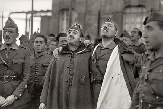 Francisco Franco y José Millán Astray junto a soldados de La Legión