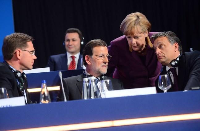 Viktor Orbán conversando con Ángela Merkel y Mariano Rajoy. Autor: European People's Party, 17/10/2012. Fuente: Flickr (CC BY 2.0).