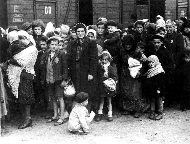 Campo de exterminio nazi alemán Auschwitz en Polonia, llegada de judíos húngaros. Autor: Ernst Hofmann, 1944. Fuente: Bundesarchiv, Bild 183-N0827-318 (CC BY-SA 3.0)