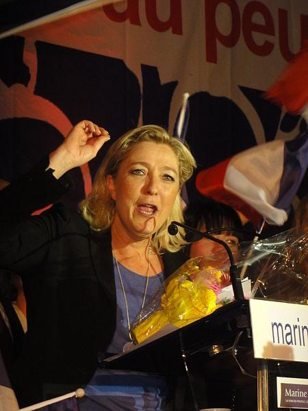 Hénin-Beaumont - Marine Le Pen en el Parlamento de los Invisibles el domingo. Autor: JÄNNICK Jérémy, 15/04/2012. Fuente: Wikimmedia Commons (CC BY 3.0)