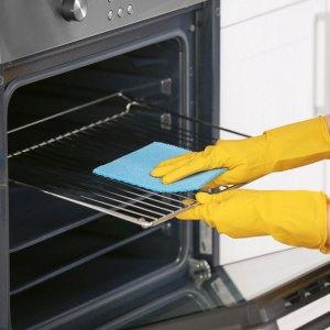 Limpiando el horno.