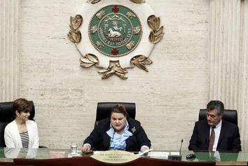 La presidenta de la Cámara junto a los padres de Julián Romero Rodríguez