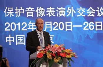 """Director General Francis Gurry - La adopción del Tratado de Beijing constituye un avance clave y fundamental que permitirá cerrar una laguna del sistema internacional de derechos en lo que atañe a los artistas intérpretes o ejecutantes de obras audiovisuales"""" (Foto: Yuan Wenming)"""