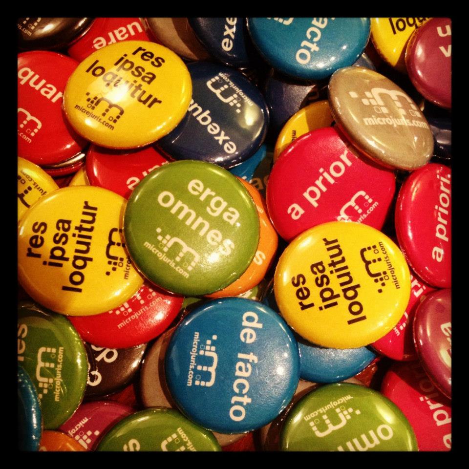 Nuestros goodies para este semestre: pins con frases en latín. Hay diez para escoger, ¿cuál prefieres?