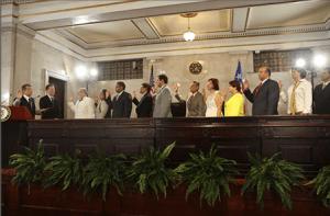 Miembros del Gabinete Constitucional prestan juramento ante el Juez Presidente del Tribunal Supremo, Hon. Federico Hernández Denton. Observa el Secretario de Estado, Hon. David Bernier.
