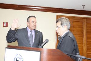 El Juez Presidente del Tribunal Supremo de Puerto Rico, Hon. Federico Hernández Denton, tomó juramento al nuevo Presidente de la Junta de Directores de la Asociación de Productos de Puerto Rico, Manuel Cidre.