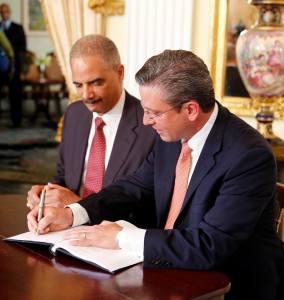 Eric Holder firma acuerdo con gobierno de Puerto Rico para reformar la Policía