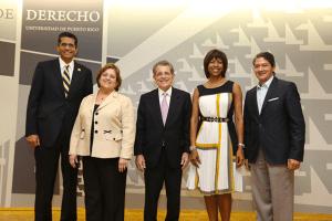 El Juez Presidente del Tribunal Supremo, Hon. Federico Hernández Denton (al centro), junto a los miembros de la Junta Editora del Volumen 83 de la Revista Jurídica de la UPR.
