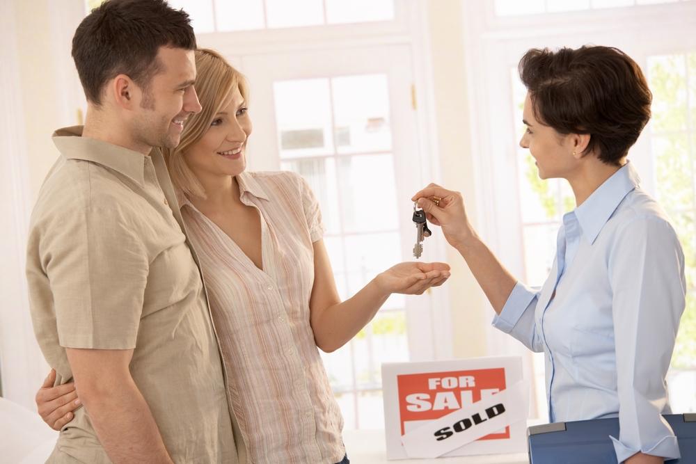 Reglamenta bienes raíces y profesión de corredor, vendedor o empresa