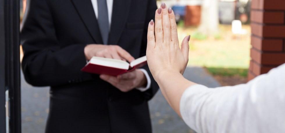 Orden contra urbanización por impedir acceso a Testigos de Jehová; si no cumplen sus portones pueden ser removidos