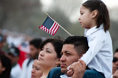 Demandan a abogados bajo Ley RICO por engañar a clientes inmigrantes