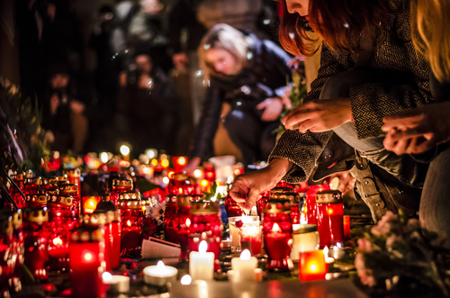 Francia revisará Constitución en respuesta a ataques terroristas