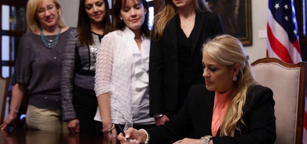 Gobernadora interina firma orden ejecutiva que crea Concilio de Mujeres