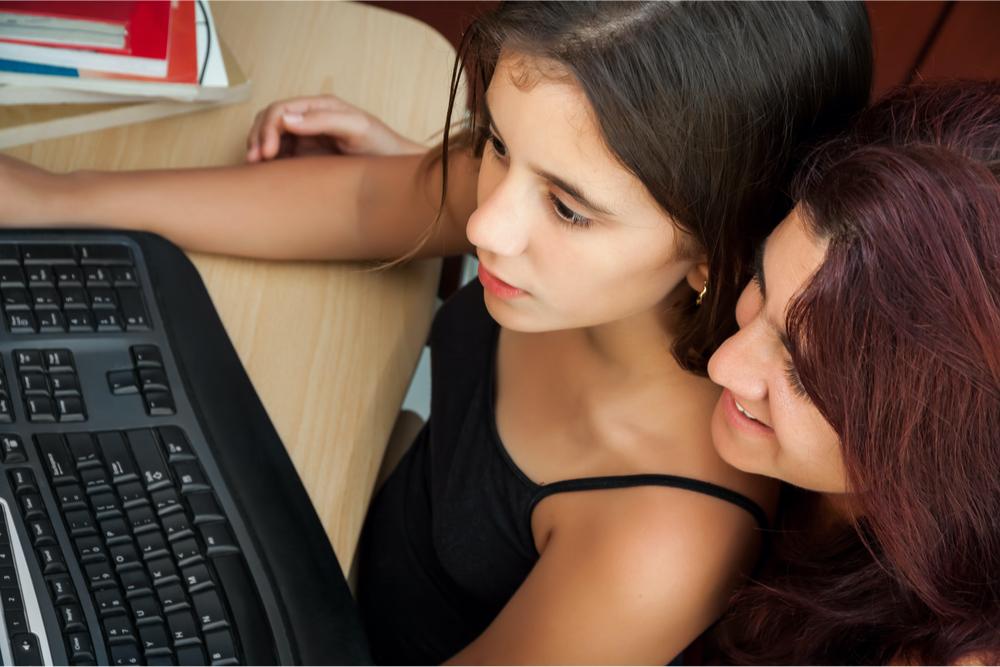niña mamá computadora educación a distancia