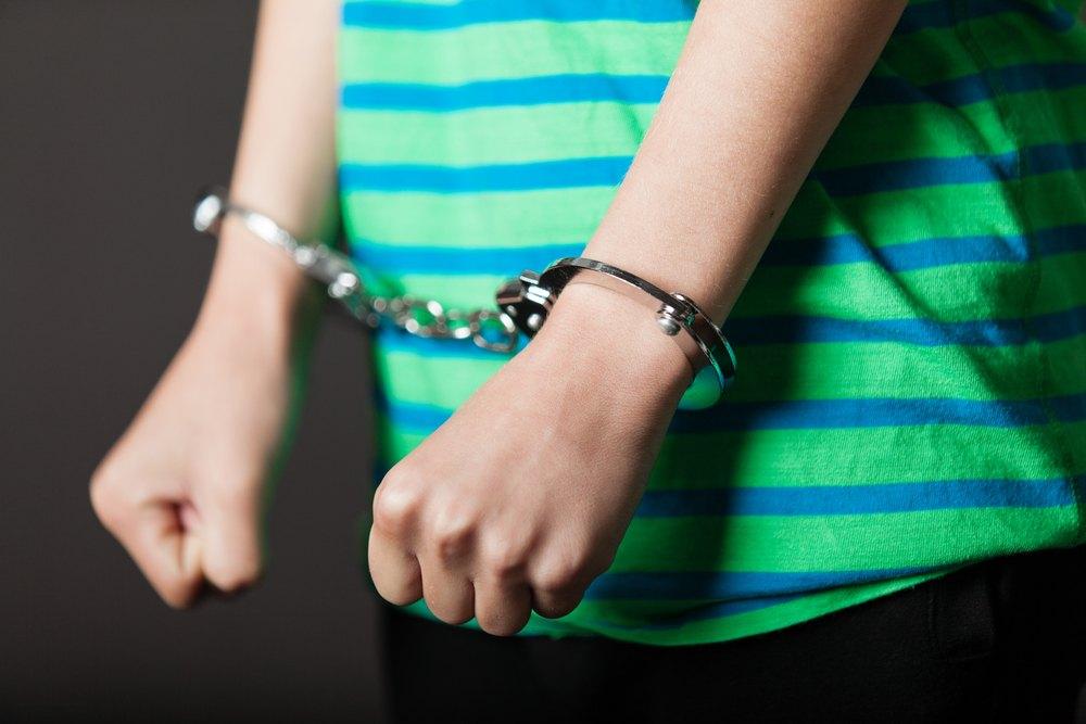 menores justicia juvenil niño en esposas