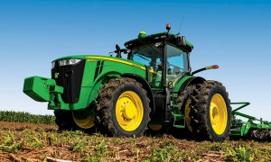 r4d042782_8Rtractor_762x458