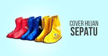 Menggunakan Cover Sepatu Saat Hujan