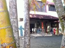 La cour de l'école française de la Costa Verde