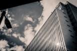 Cubismo sideral escalavrado em patamares habitacionais, por vezes polvilhados de galhos esparsos que contrapõe o racional e o orgãnico nas paisagens urbanas. Imagens feitas durante o PhotoWalk BH 2015.