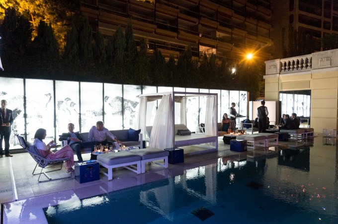 outdoor-pool-wedding-after-party