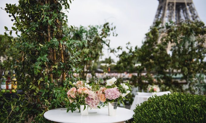 floral-décor-for-wedding-party-on-paris-river-boat