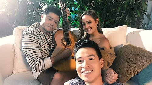 El cantante Daniel Calderón, la modelo Camisa Mesa y Alejandro Londoño en la producción del video Recarga de amor.