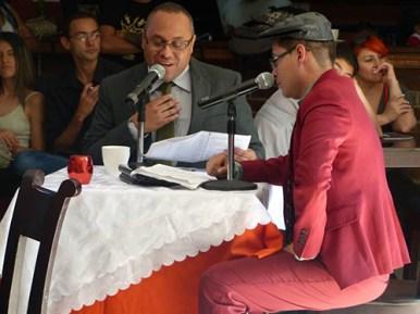 Los actores Alejandro Londoño y Edwin Posada, realizando lectura dramática en el teatro Ateneo Porfirio Barba Jacob