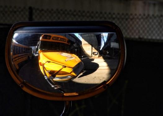 Rückspiegel eines amerikanischen Schulbusses in Williamsburg
