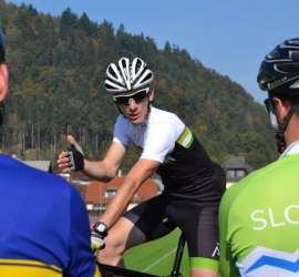Aleksej Dolinšek kolesarski trener vodi trening. Trener kolesarstva je strokovnjak in pedagog.
