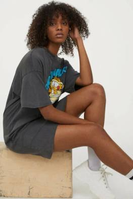 large_Fustany-How-to-Wear-and-Style-the-Graphic-Tee-From-H_M-10~1