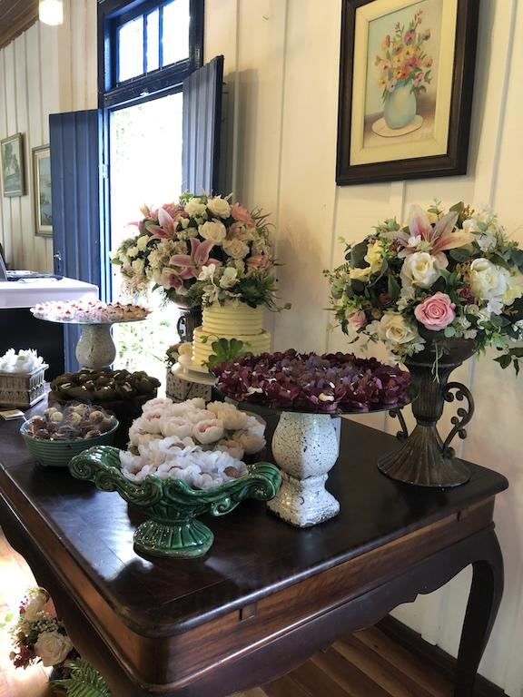 Mini Weeding Bolo de casamento buttercream de dois andares com flores naturais e suculentas.