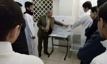نشاط لاصفي لأسرة اللغة العربية بالقسم الثانوي بعنوان ( أوجد الخطأ ) أثناء الفسحة بساحة المدرسة