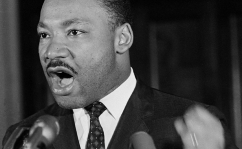 Martin Luther King Jr. s'adresse à un rassemblement à Selma, en 1965