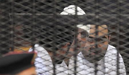 Ahmed Maher, Ahmed Douma (g.) et Mohamed Adel (d.)  du Mouvement du 6 Avril, au Caire, le 22 décembre 2013