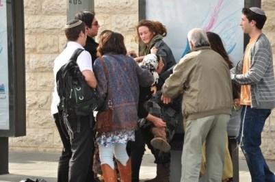 Au centre une Palestinienne agressée (Tariq Ramadan page officielle)