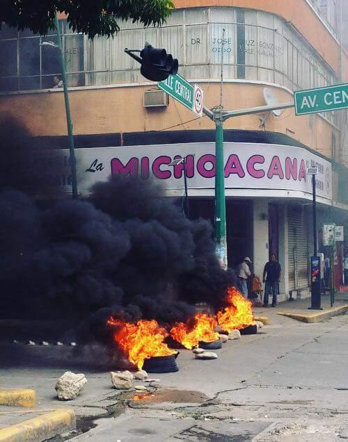 Docentes idóneos bloquean avenida central y queman llantas WhatsApp Image 2018 10 09 at 3.19.44 PM 2